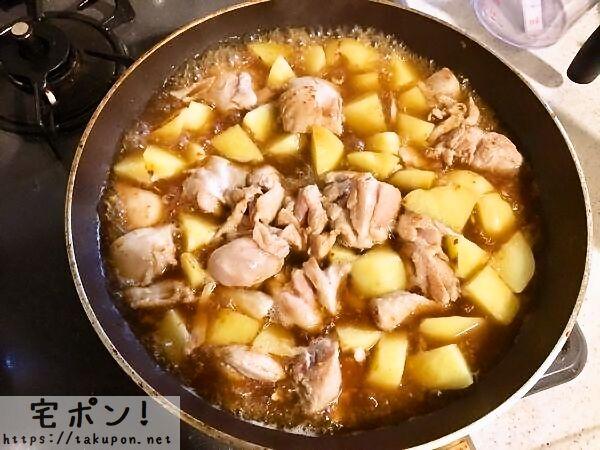 鶏肉とじゃがいもを煮る